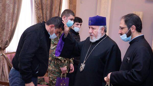 Католикос Гарегин Второй принял военнослужащих, получивших ранения разной степени во второй Карабахской войне (16 апреля 2021). Эчмиадзин - Sputnik Армения