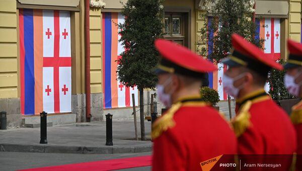 Почетный караул на фоне национальных флагов Армении и Грузии во время официального визита президента Армена Саркисяна в Грузию (15 апреля 2021). Тбилиси - Sputnik Армения