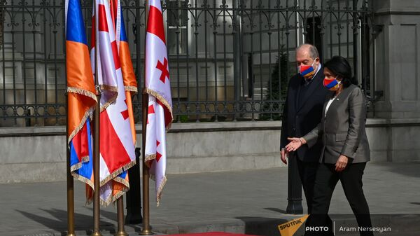 Президенты Армении и Грузии Армен Саркисян в Саломе Зурабишвили идут по красной ковровой дорожке (15 апреля 2021). Тбилиси - Sputnik Армения