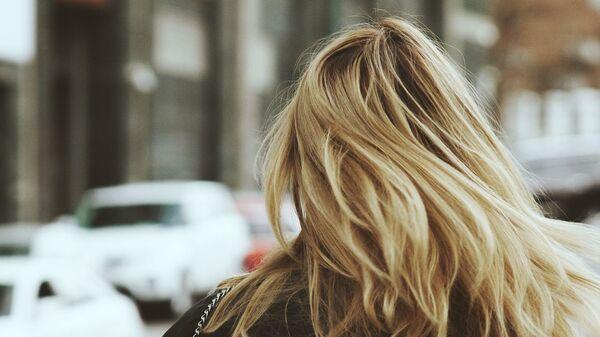 Блондинка на улице - Sputnik Армения