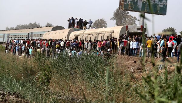 Люди на месте сошедшего с рельсов поезда в провинции Калиубия, к северу от Каира (18 апреля 2021). Египет - Sputnik Армения