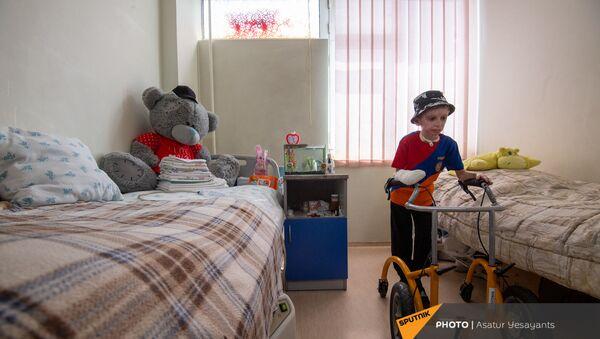 8-летний Ваге Мосинян, получивший 80% ожогов в дорожно-транспортном происшествии, выписывается из больницы через год - Sputnik Արմենիա