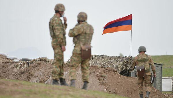Армянские военнослужащие на армянсо-азербайджанской границе - Sputnik Արմենիա