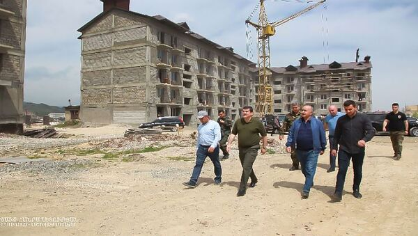 Президент Карабаха Араик Арутюнян посетил стройку многоквартирного здания (19 апреля 2021). Степанакерт - Sputnik Արմենիա