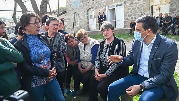 Омбудсмен Арман Татоян общается с жителями приграничных общин Сюникской области (19 апреля 2021). Сюник - Sputnik Армения