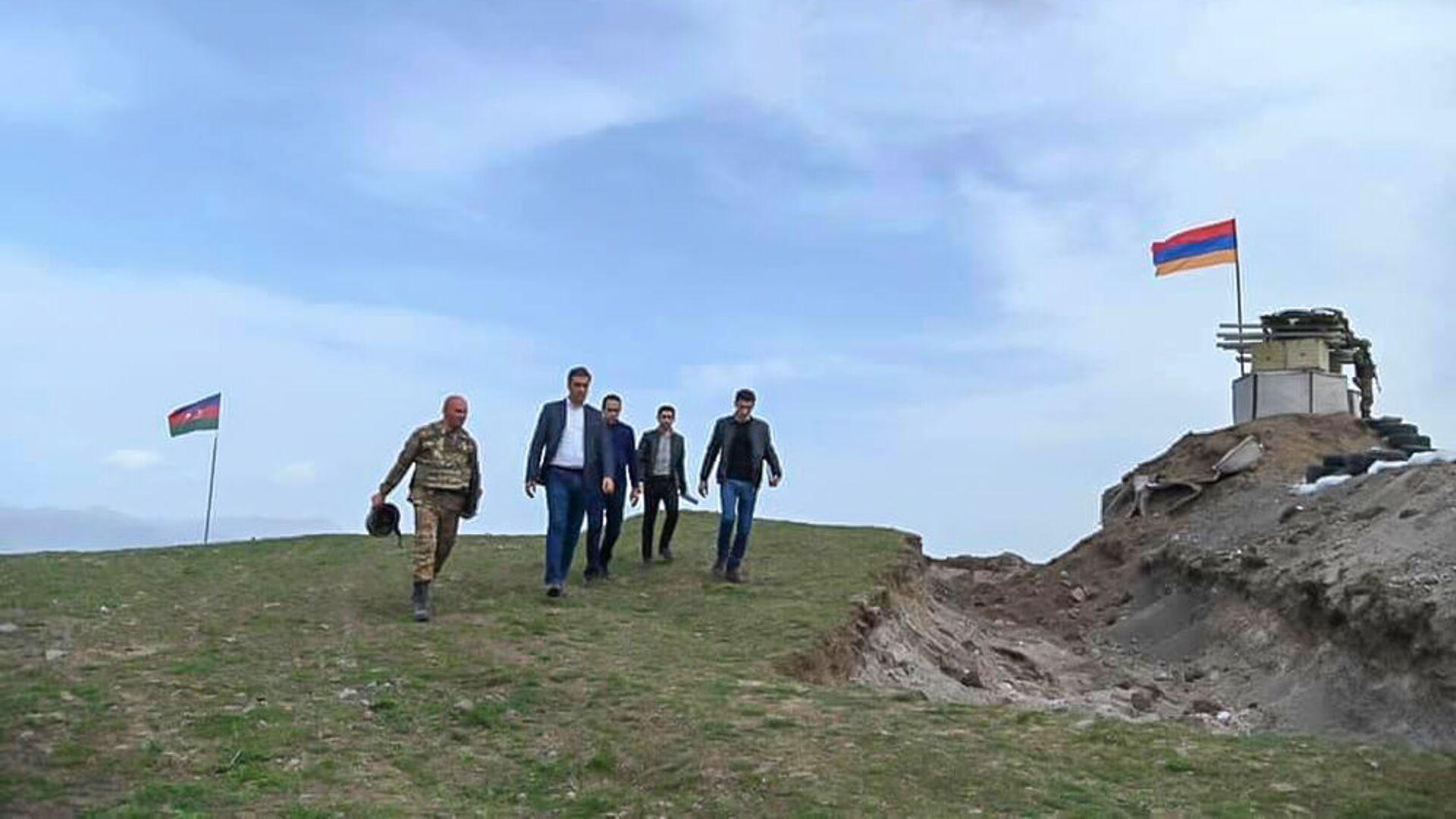 Омбудсмен Арман Татоян на армяно-азербайджанской границе во время рабочей поездки с президентом в Сюникскую область (19 апреля 2021). Сюник - Sputnik Արմենիա, 1920, 16.09.2021