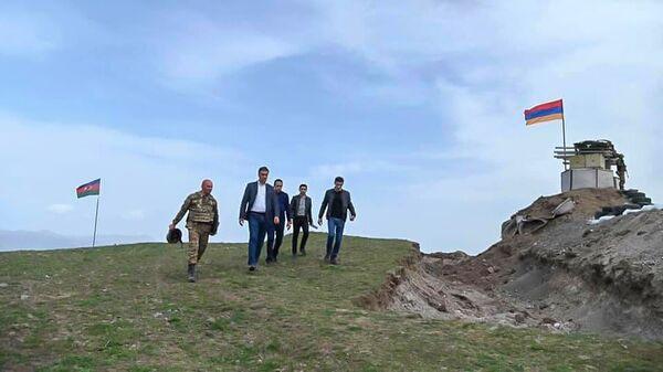Омбудсмен Арман Татоян на армяно-азербайджанской границе во время рабочей поездки с президентом в Сюникскую область (19 апреля 2021). Сюник - Sputnik Армения
