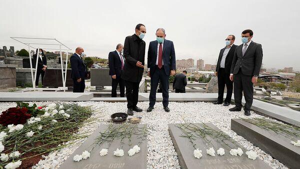 Премьер-министр Никол Пашинян посетил могилу Аркадия Тер-Тадевосяна (20 апреля 2021). Еревaн - Sputnik Արմենիա