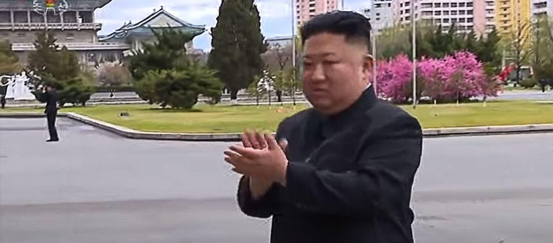 Как встречали Ким Чен Ына, приехавшего сфотографироваться с участниками конгресса Трудовой партии КНДР. - Sputnik Армения, 1920, 20.04.2021