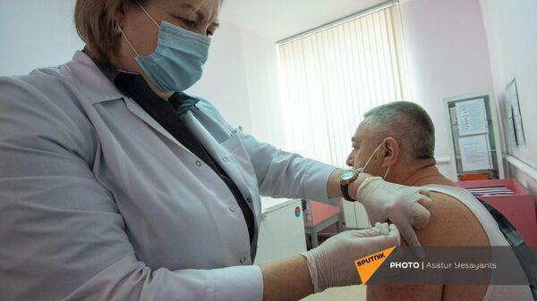 Врач-инфекционист поликлиники №8 Анаит Саруханян проводит вакцинацию Владимиру Кюркчяну - Sputnik Армения