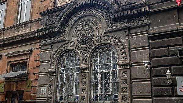 Фасад исторического здания на улице Анрапетутян в Ереване - Sputnik Армения