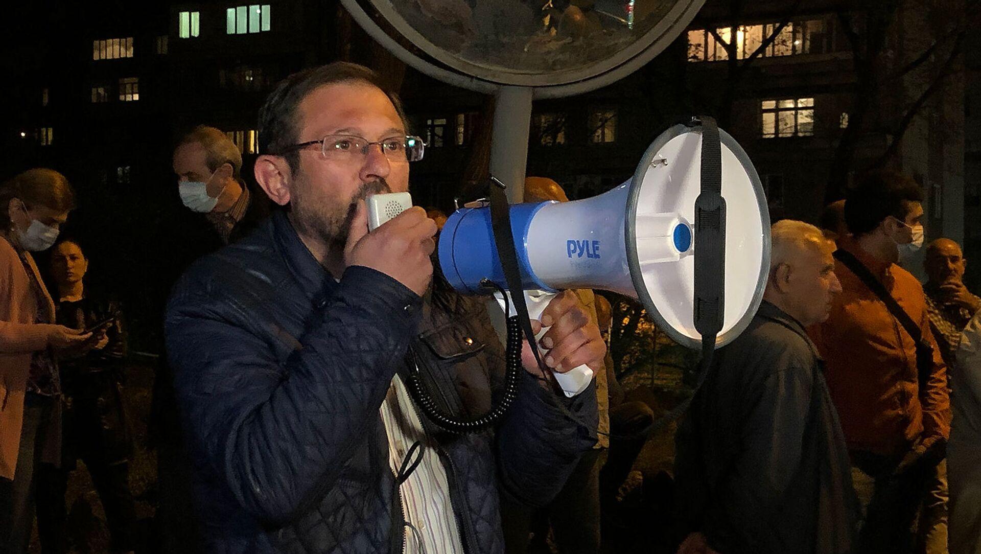 Гегам Манукян призывает граждан собраться у входа на территорию правительственных дач (21 апреля 2021). Еревaн - Sputnik Արմենիա, 1920, 18.06.2021