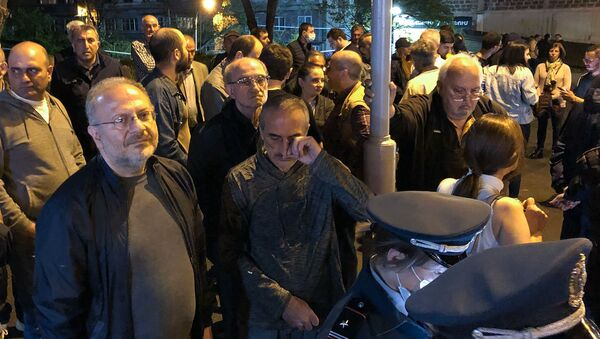 Граждане собираются у входа на территорию правительственных дач в знак солидарности сюникцев (21 апреля 2021). Еревaн - Sputnik Армения