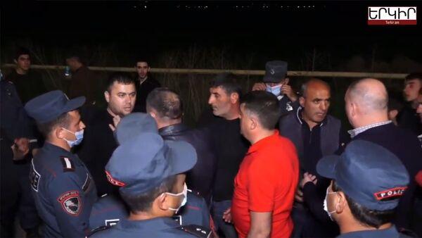 Кадр из видео перепалки между гражданами и полицией на трассе Ереван-Арташат (21 апреля 2021). Арташат - Sputnik Армения