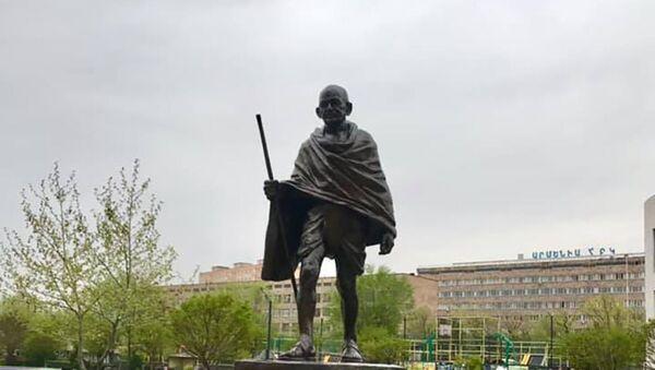 Памятник Махатме Ганди в общине Ачапняк в Ереване - Sputnik Армения