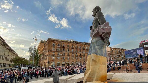 Собравшиеся в поддержку сюникцев люди перед митингом оппозиции (22 апреля 2021). Еревaн - Sputnik Արմենիա