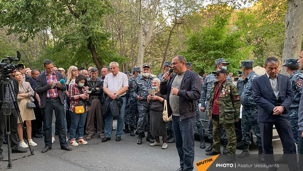 Собравшиеся в поддержку сюникцев люди во время митинга (22 апреля 2021). Еревaн - Sputnik Արմենիա