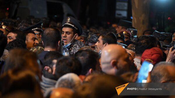 Задержания участников во время митинга в поддержку сюникцев (22 апреля 2021). Еревaн - Sputnik Արմենիա