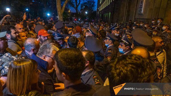Задержания во время митинга в поддержку сюникцев (22 апреля 2021). Еревaн - Sputnik Արմենիա