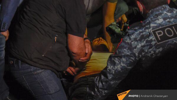 Упавший в обморок полицейский во время митинга в поддержку сюникцев (22 апреля 2021). Еревaн - Sputnik Արմենիա