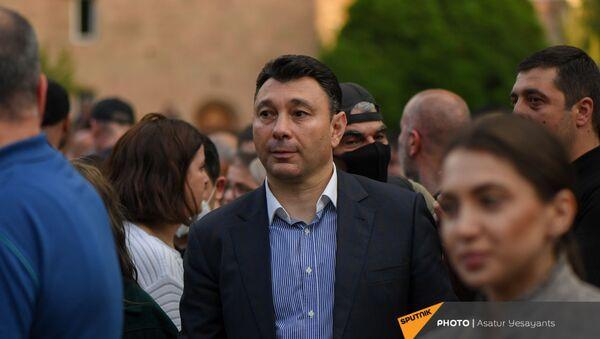 Эдуард Шармазанов во время митинга в поддержку сюникцев (22 апреля 2021). Еревaн - Sputnik Армения