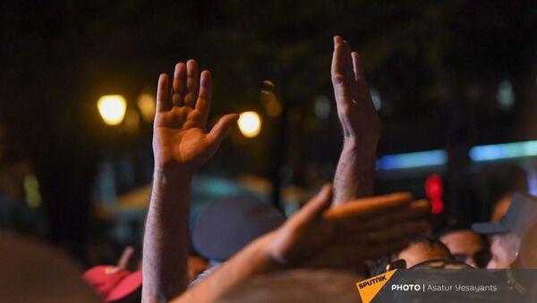 Руки участников митинга в поддержку сюникцев (22 апреля 2021). Еревaн - Sputnik Армения