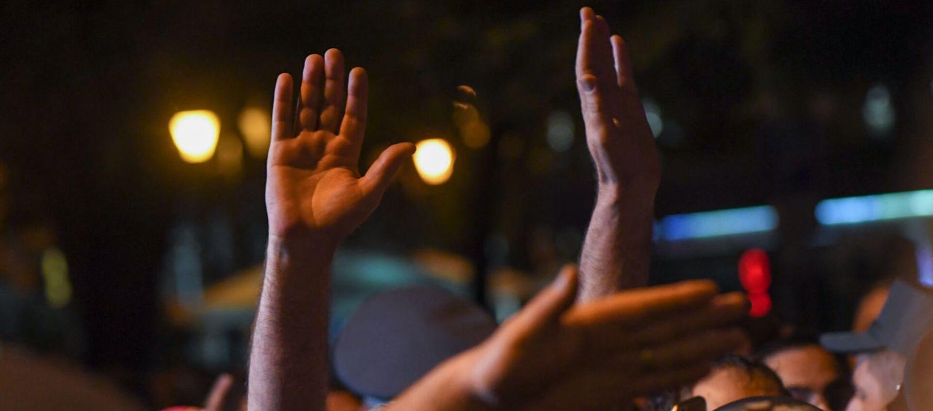 Руки участников митинга в поддержку сюникцев (22 апреля 2021). Еревaн - Sputnik Армения, 1920, 28.04.2021
