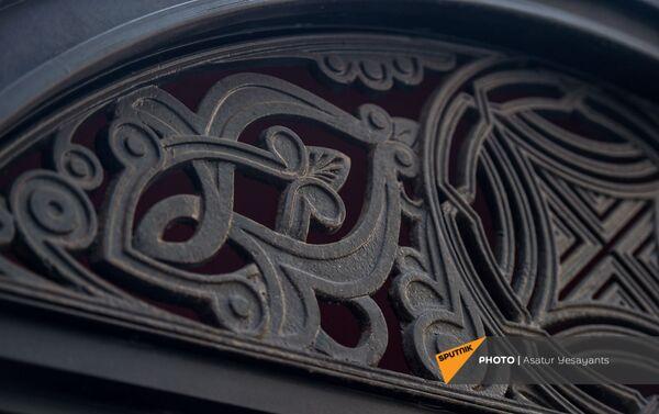 Орнамент остановки городского транспорта компании Outdoor effect в Ереване - Sputnik Армения