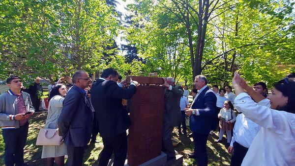 Церемония установки хачкара в центральном парке села в память о героях, погибших во все времена за защиту Родины (23 апреля 2021). Бердаван - Sputnik Армения