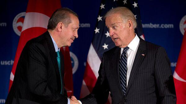 Вице-президент США Джо Байден и премьер-министр Турции Реджеп Тайип Эрдоган приветствуют друг друга во время круглого стола, организованного Торговой палатой США (16 мая 2013). Вашингтон - Sputnik Армения