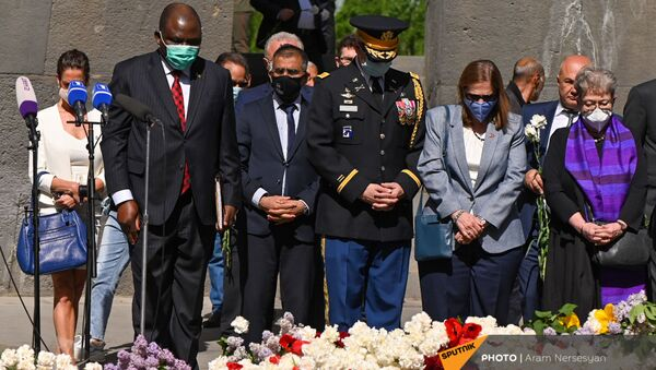 Чрезвычайный и Полномочный посол США Линн Трейси и военный атташе посольства, полковник Скот Максвел в Мемориальном комплексе Цицернакаберд (24 апреля 2021). Еревaн - Sputnik Армения