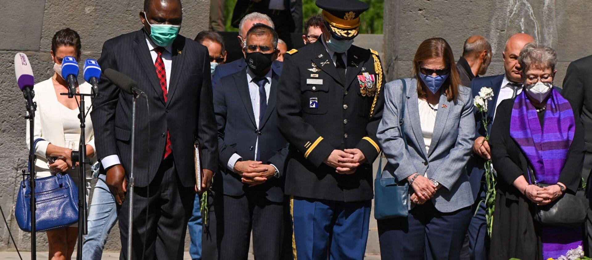 Чрезвычайный и Полномочный посол США Линн Трейси и военный атташе посольства, полковник Скот Максвел в Мемориальном комплексе Цицернакаберд (24 апреля 2021). Еревaн - Sputnik Армения, 1920, 30.04.2021