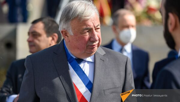 Председатель Сената Франции Жирар Ларше в Мемориальном комплексе Цицернакаберд (24 апреля 2021). Еревaн - Sputnik Армения