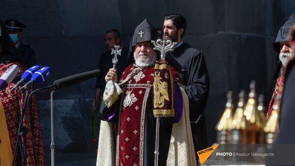 Католикос Гарегин Второй в Мемориальном комплексе Цицернакаберд (24 апреля 2021). Еревaн - Sputnik Армения