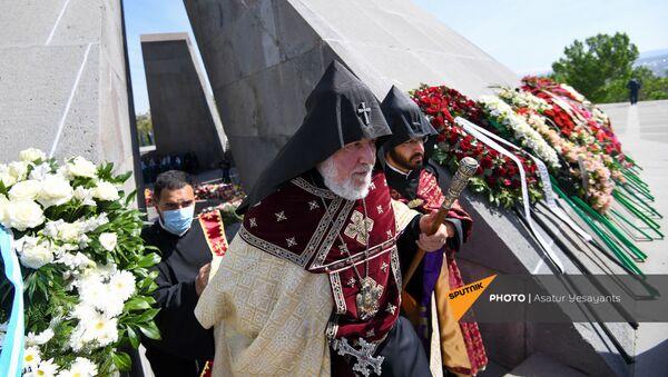 Католикос Гарегин Второй в Мемориальном комплексе Цицернакаберд (24 апреля 2021). Еревaн - Sputnik Արմենիա