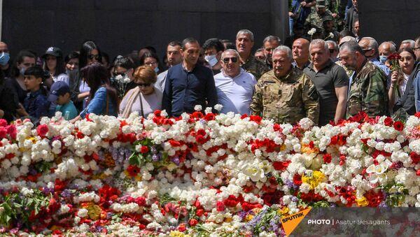 Сасун Микаелян в Мемориальном комплексе Цицернакаберд (24 апреля 2021). Еревaн - Sputnik Արմենիա