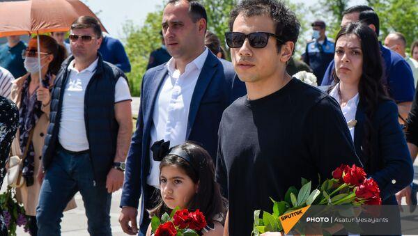 Сын и дочка премьер-министра Ашот и Арпи Пашинян в Мемориальном комплексе Цицернакаберд (24 апреля 2021). Еревaн - Sputnik Արմենիա
