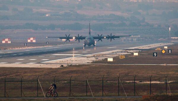 Самолет ВВС США приземляется на авиабазе Инджирлик (29 августа 2013). Турция - Sputnik Армения