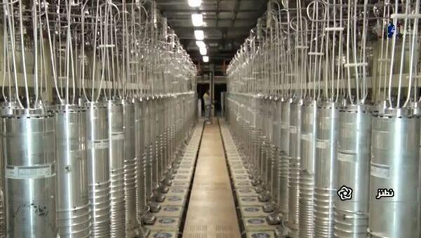 Центрифуги в коридоре на заводе по обогащению урана в Натанзе, к югу от столицы Тегерана  - Sputnik Արմենիա