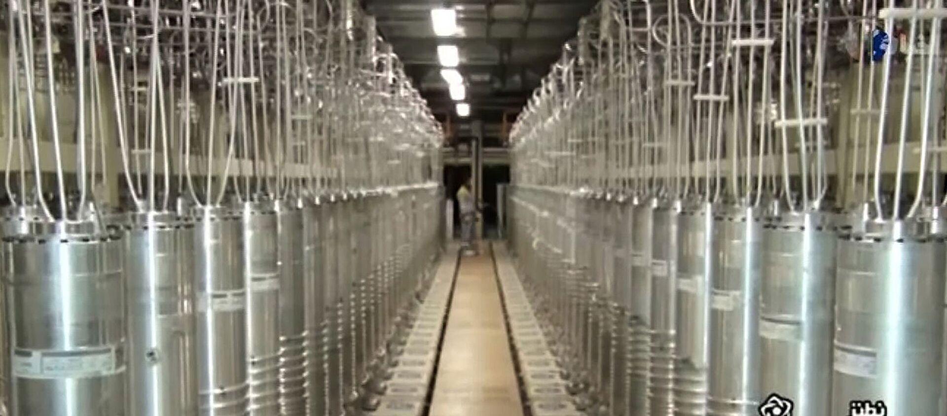 Центрифуги в коридоре на заводе по обогащению урана в Натанзе, к югу от столицы Тегерана  - Sputnik Արմենիա, 1920, 07.05.2021