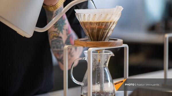 Бариста заливает воду в ростер. Мастер-класс по обжарке кофе в кофейне  AfroLab в Ереване - Sputnik Армения