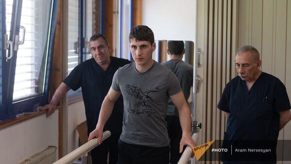 Получивший протез военнослужащий Эрик Геворкян в центре протезирования и реабилитации Интерорто  - Sputnik Армения