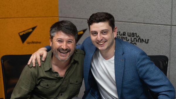 Испанский дирижер Хуан Антонио Рамирес (слева) и виолончелист Нарек Ахназарян в гостях радио Sputnik Армения - Sputnik Армения