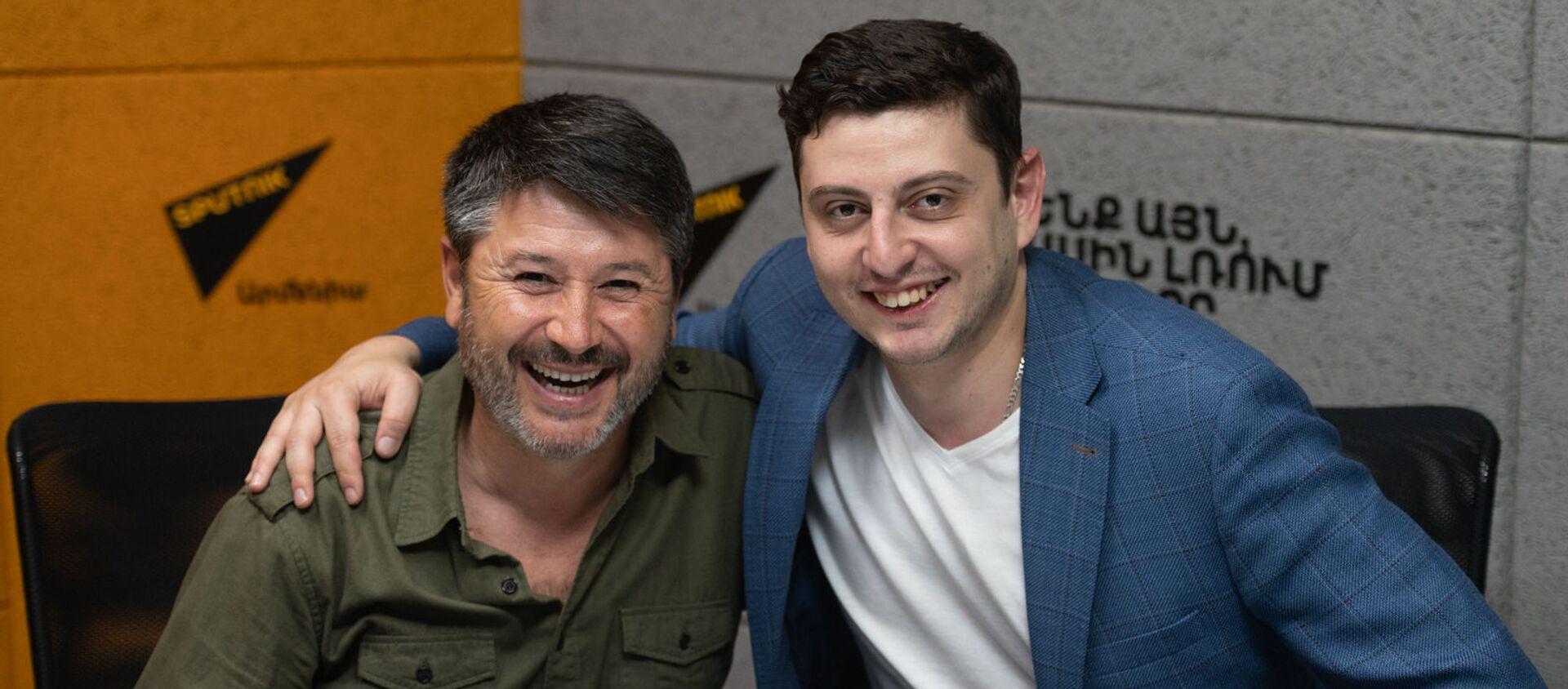 Испанский дирижер Хуан Антонио Рамирес (слева) и виолончелист Нарек Ахназарян в гостях радио Sputnik Армения - Sputnik Արմենիա, 1920, 28.04.2021
