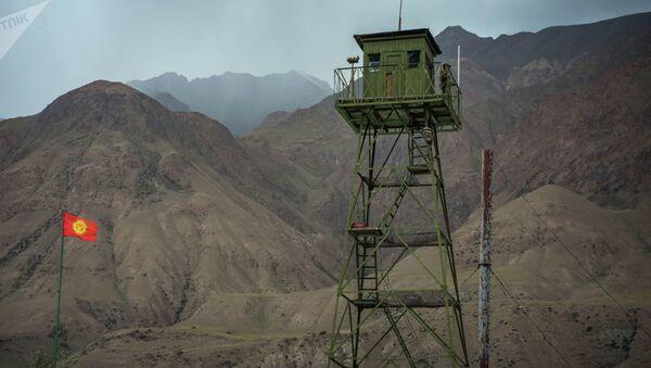 Пограничник на смотровой вышке на границе между Кыргызстаном и Таджикистаном - Sputnik Արմենիա