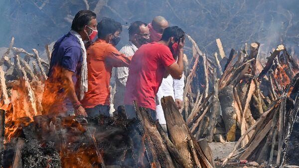 Погребальные костры во время массовой кремации в Нью-Дели, Индия - Sputnik Армения