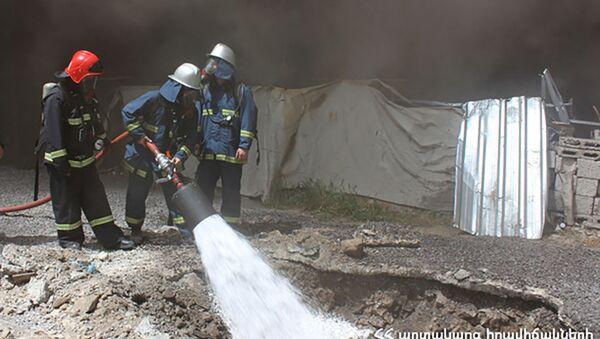 Пожарные на улице Арама в Ереване - Sputnik Армения
