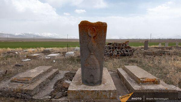 Надгробия могил на азербайджанском кладбище в Сотке - Sputnik Արմենիա