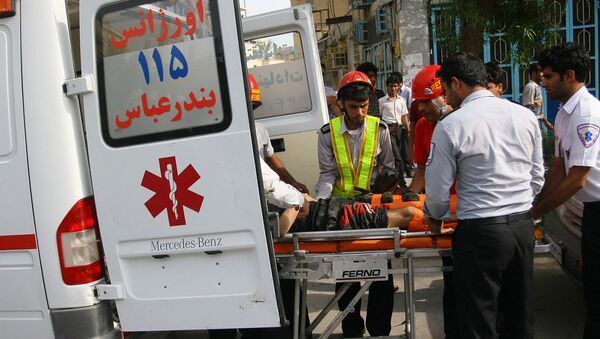 Раненого на носилках везут в машину скорой помощи. Архивная фотография - Sputnik Армения