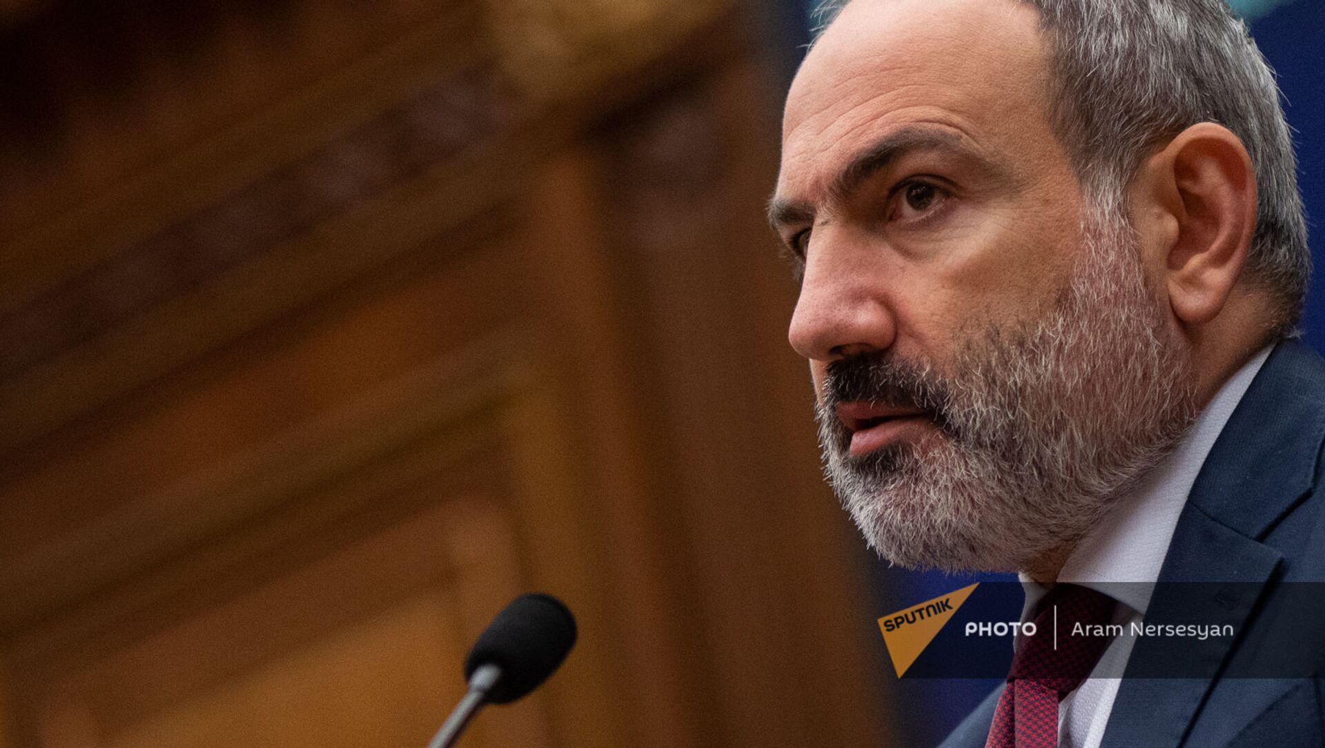 Премьер-министр Никол Пашинян отвечает на вопросы депутатов во время внеочередного заседания Парламента (3 мая 2021). Еревaн - Sputnik Армения, 1920, 03.05.2021
